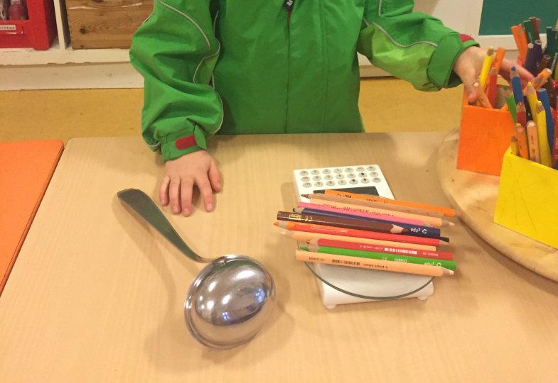 Wenn die Suppenkelle 155 g wiegt – wie viele Stifte brauche ich, um dasselbe Gewicht zu erreichen? Simon prüft nach