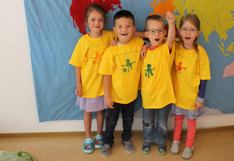 """""""Wir sind ein Team!"""" – Das zeigen die Kinder mit ihren selbst gestalteten T-Shirts"""