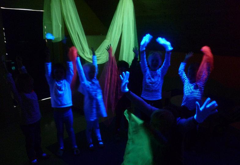 Die Kinder lernen die Funktionsweise von Schwarzlicht kennen