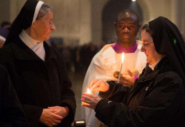 Welche Möglichkeiten gibt es, den Heiligen Abend rituell zu gestalten? Ein besonderes Element stellt das Licht dar.