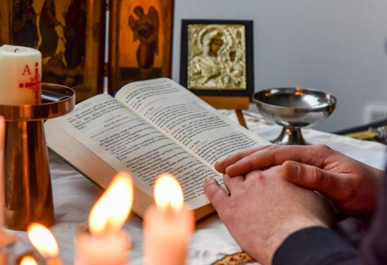 Ein Priesterseminarist betet das Stundengebet
