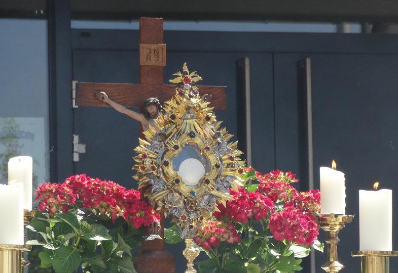Wo eine Fronleichnamsprozession üblich ist, muss sie auf jeden Fall aus einer gemeinsamen Eucharistiefeier aller Beteiligten hervorwachsen.