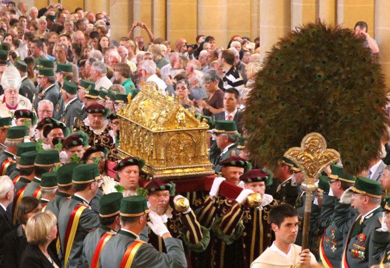 Der Schrein mit den Liborius-Reliquien wird durch den Paderborner Dom getragen.