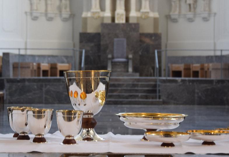 Kelch und Hostienschale des Würzburger Projektes stehen auf einem Altar.