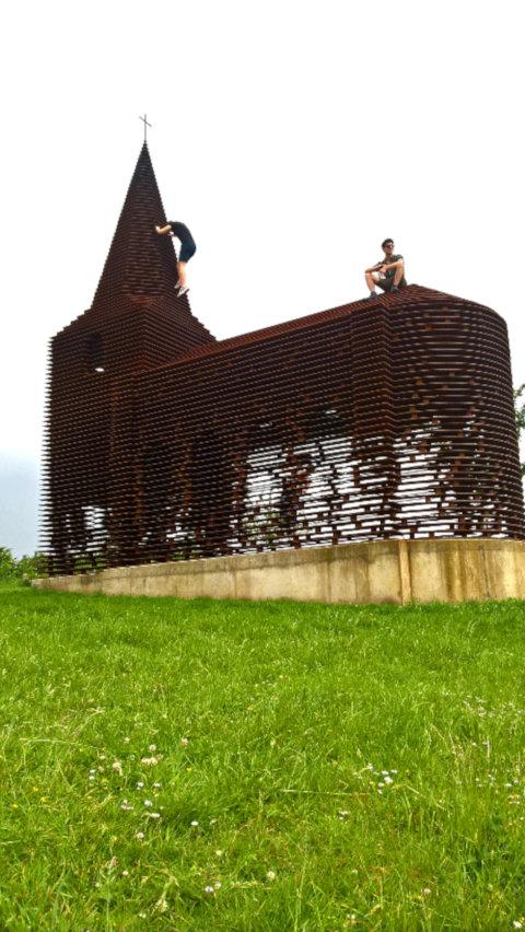 """Das Stahl-Kunstwerk """"Reading between the lines"""", das die Silhouette einer Kirche aufgreift, liegt in der Nähe der belgischen Stadt Borgloon."""