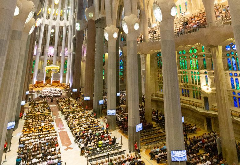 Kinder und Jugendliche in der Basilika Sagrada Família in Barcelona.