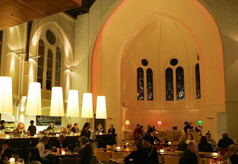 Ein Restaurant in einem umfunktionierten Kirchenraum.