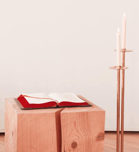 Aufgeschlagenes Lektionar und Kerzen