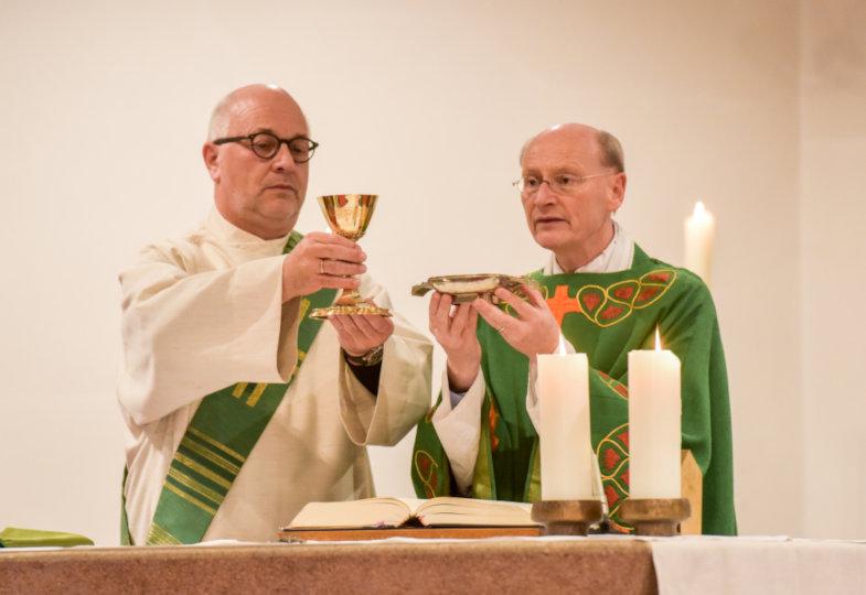 Priester und Diakon bei der Schlussdoxologie