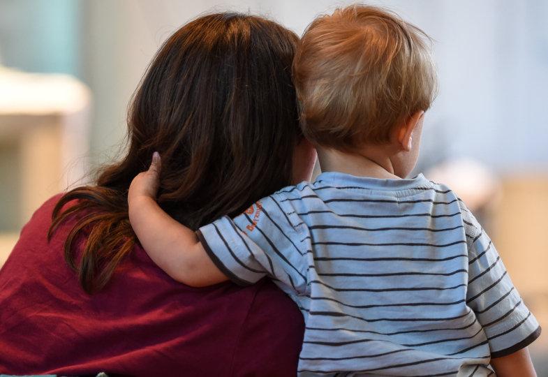 Eine Mutter mit Kind in einer Kirche