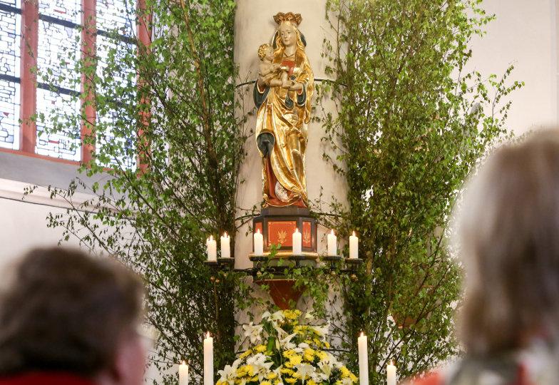 Eine geschmückte Marienstatue