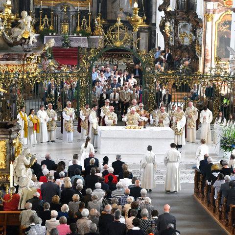 Ein Blick in den Dom St. Gallen während des Hochgebets