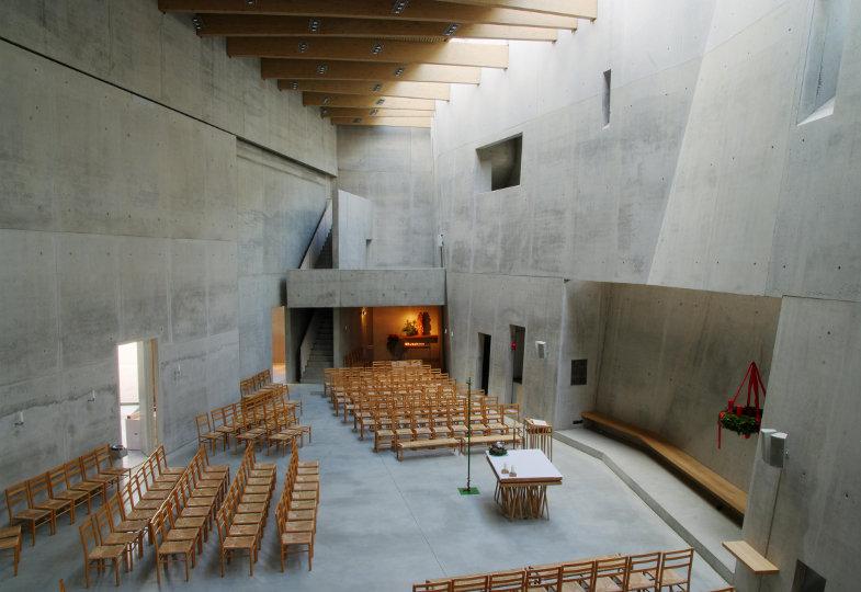Blick in den katholischen Kirchenraum im ökumenischen Zentrum Freiburg-Rieselfeld