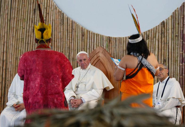 Papst Franziskus hört Vertretern von Völkern des Amazonasgebiet zu