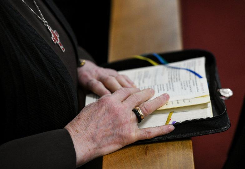 Eine Ordensschwester betet mit dem Stundenbuch