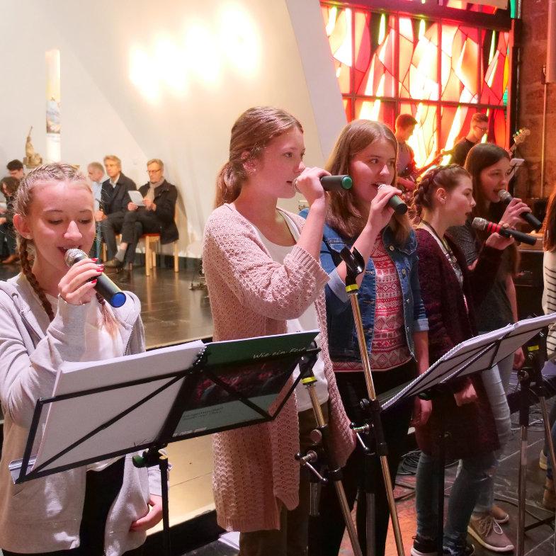 Jugendliche Sängerinnen einer Band im Gottesdienst