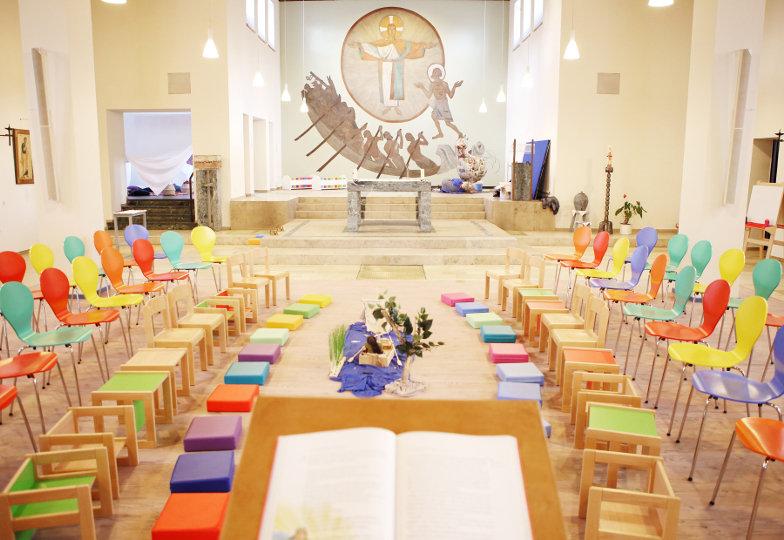 Bunte Stühle und Kissen in der Kinderkirche St. Peter