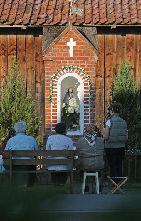 Eine Maiandacht im Freien vor einem Marienbild