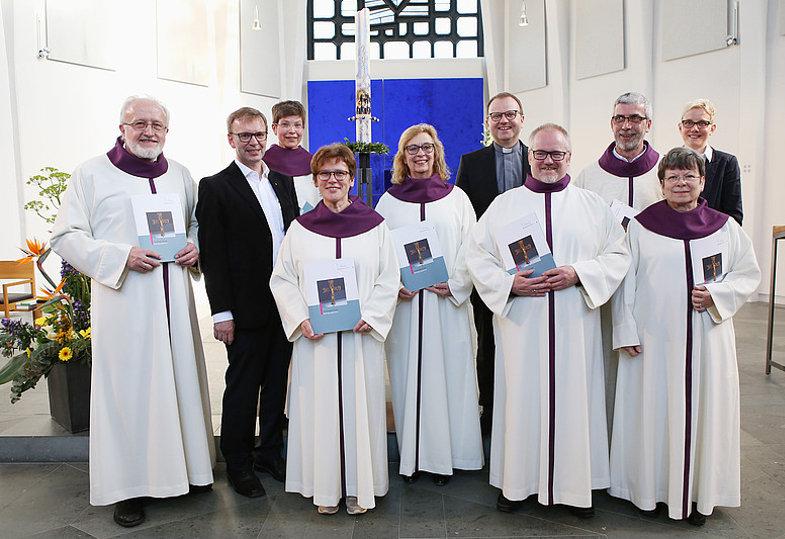 Ehrenamtliche Begräbnisleiterinnen und -leiter in ihrem liturgischen Gewand nach ihrer Beauftragungsfeier.