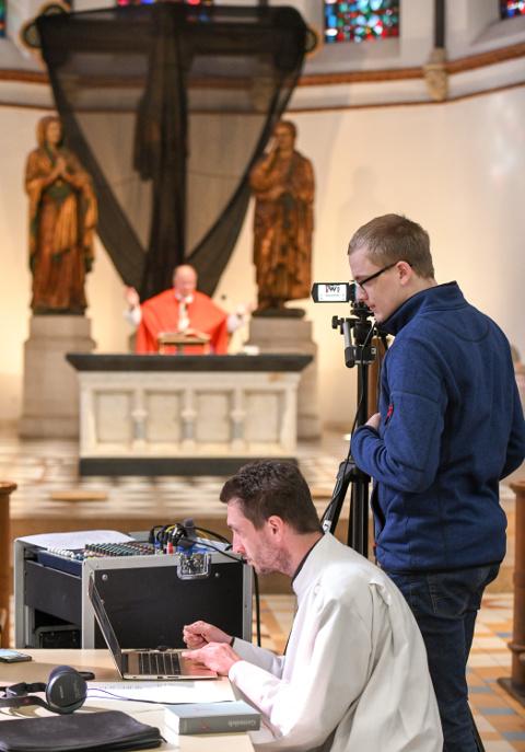 Ein Kameramann und ein Techniker beim Streamen eines Gottesdienstes