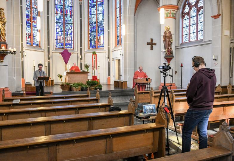 Ein Gottesdienst wird mit Kamera livegestreamt