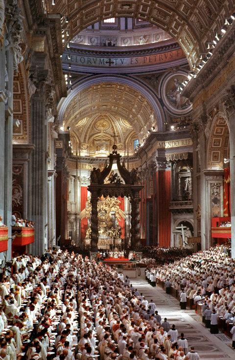 Das Hauptschiff des Petersdoms während des Zweiten Vatikanischen Konzils mit den Sitzungstribünen