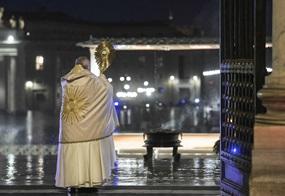 Vor dem wegen der Corona-Pandemie menschenleeren Petersplatz spendet Papst Franziskus einen außerordentlichen Eucharistischen Segen
