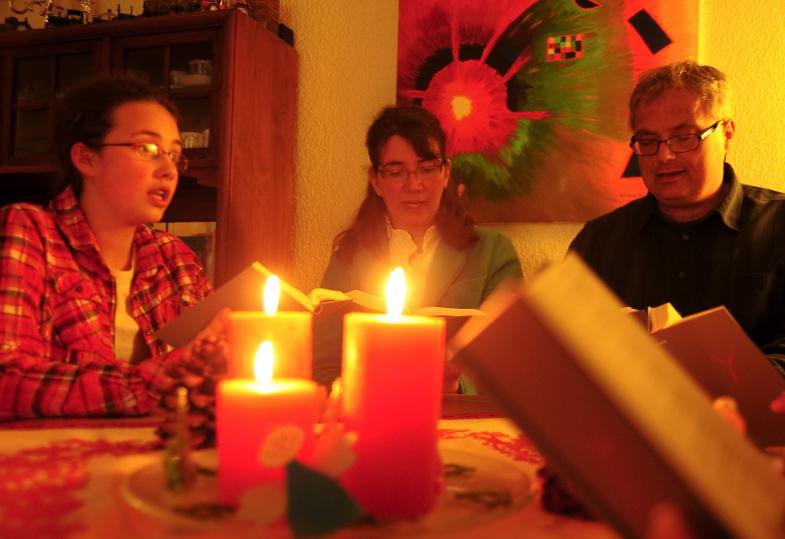 Eine Familie betet mit dem