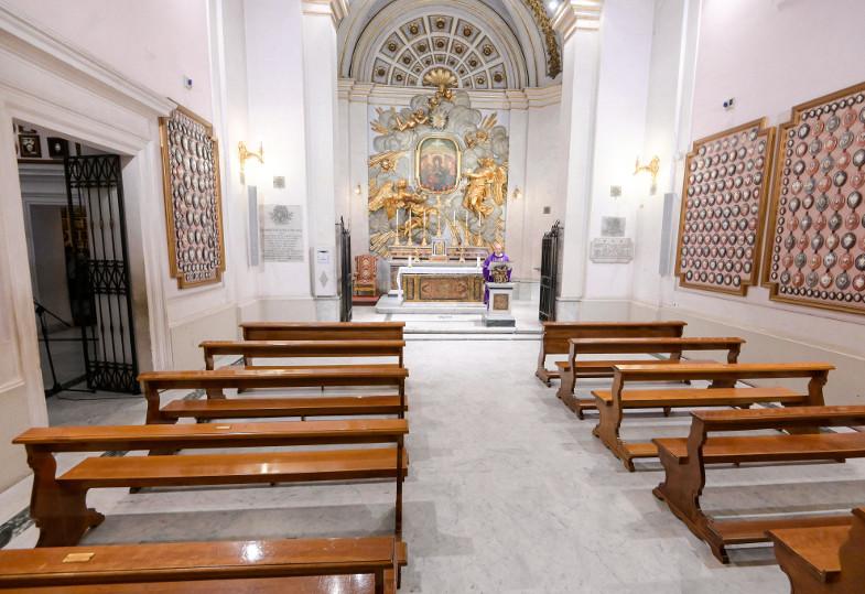 Ein Priester feiert ohne Gläubige eine Messe