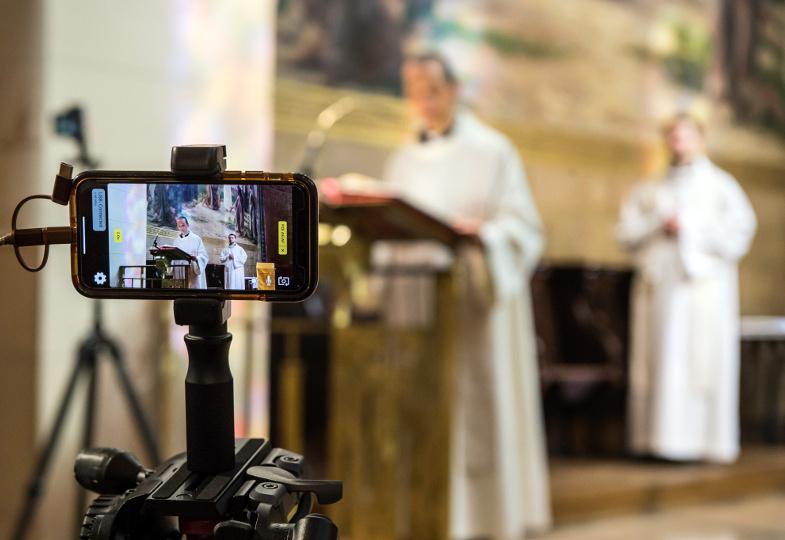 Ein Smartphone streamst einen Gottesdienst