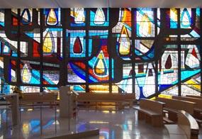 Pfingstfenster der Kapelle des Alten- und Pflegeheims St. Klara in Vöcklabruck/Oberösterreich