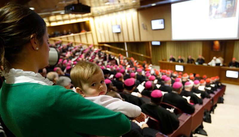 Mutter mit Kleinkind auf der letzten Sitzung der Bischofssynode