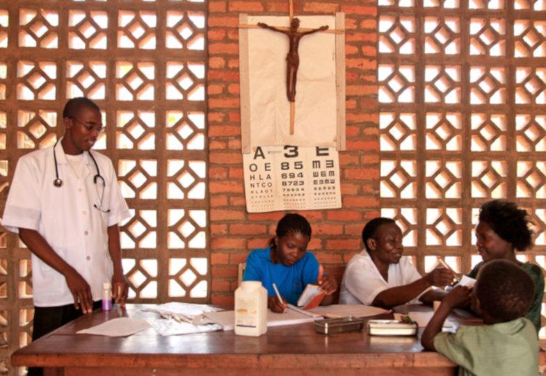 Gesundheitscheck in einem Kirchenraum in Sambia