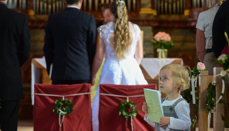 Kirchliche Trauung eines jungen Paares im Breisgau