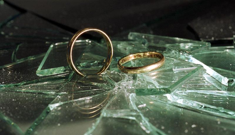 Eheringe und Glasscherben