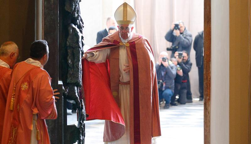 Papst Franziskus öffnet die Heilige Pforte der Lateranbasilika in Rom am 13. Dezember 2015 zum Beginn des Heiligen Jahres der Barmherzigkeit.