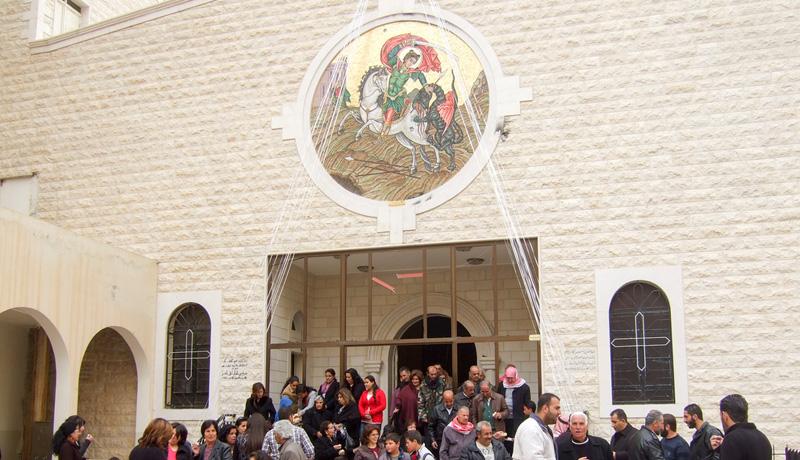 Orthodoxe Christen verlassen die Kirche Sankt Georg im syrischen Maalula nach dem Ostergottesdienst.