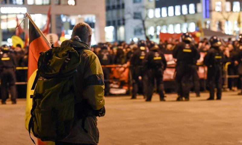 Rechtsextremisten treffen auf Gegendemonstranten