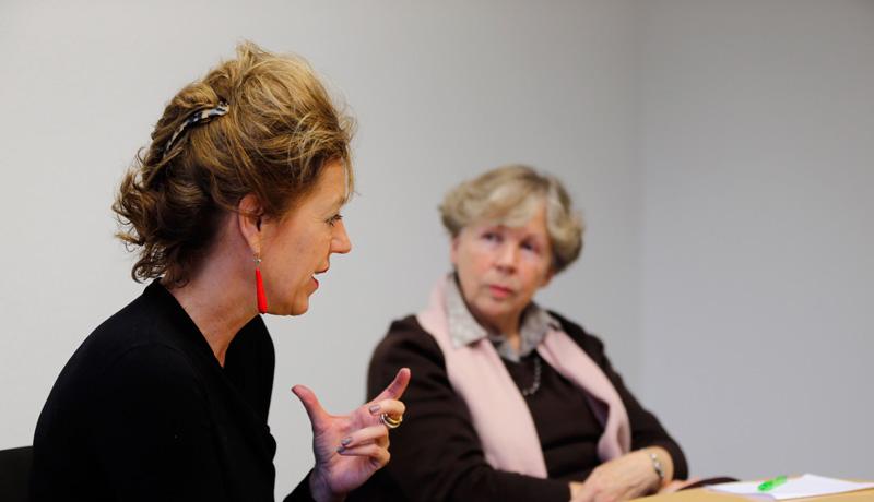 Barbara Vinken (li.) und Hanna-Barbara Gerl-Falkovitz (re.) im Gespräch über die Rolle der Frau in der Kirche.