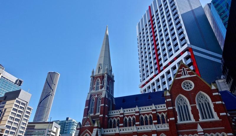 Kirche zwischen Hochhäusern