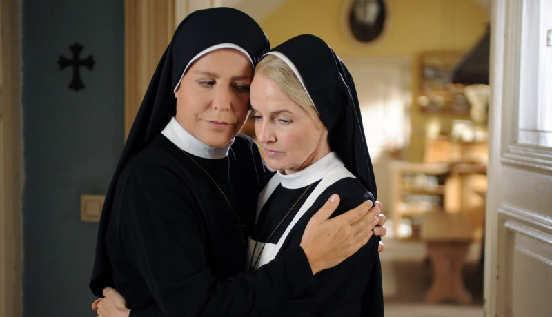 Schwester Hanna tröstet eine Freundin