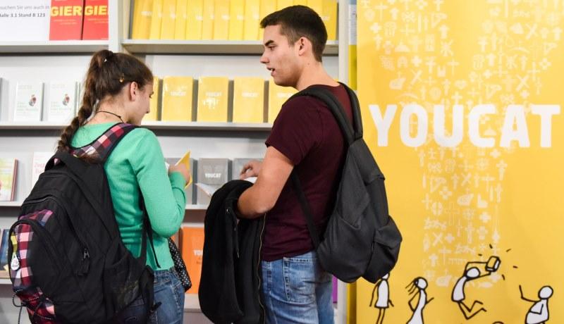 Jugendliche mit dem Youcat