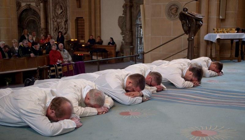 Weihe Ständiger Diakone am 14. März 2009 im Dom zu Paderborn. Während der Allerheiligenlitanei liegen die Weihekandidaten auf dem Boden.