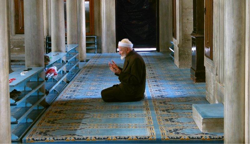 Betender Mann in der Moschee