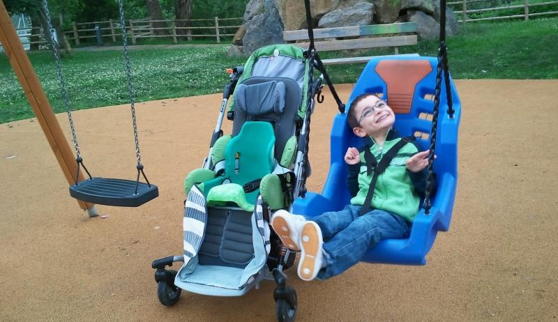 Junge mit Behinderung auf der Schaukel