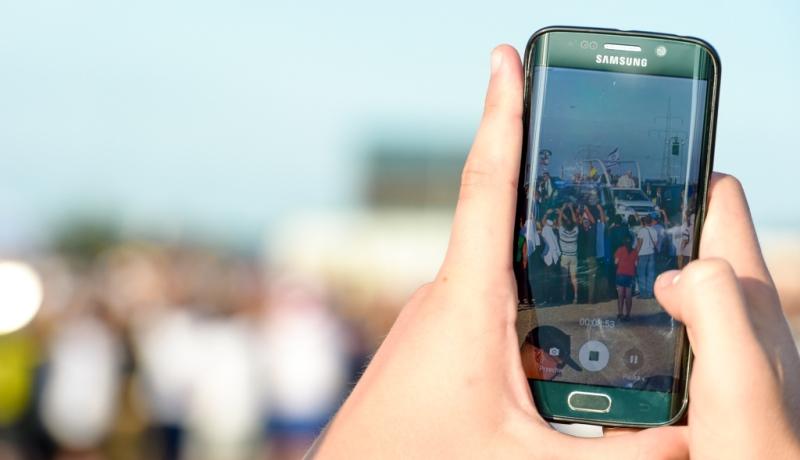 Hände halten Smartphone in die Höhe