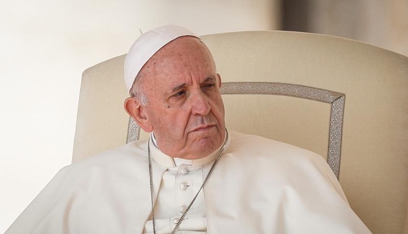 Papst Franziskus wendet seinen Blick ab