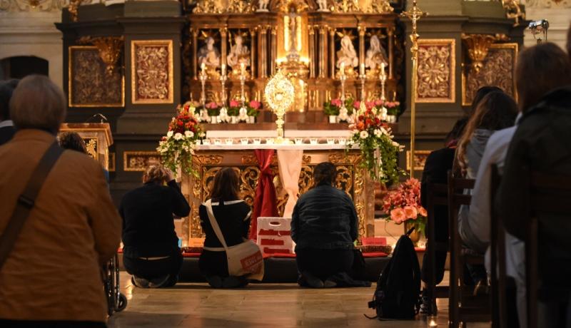 Anbetung in einer Kirche