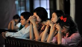 Chinesische Katholiken beten in einer Kirche