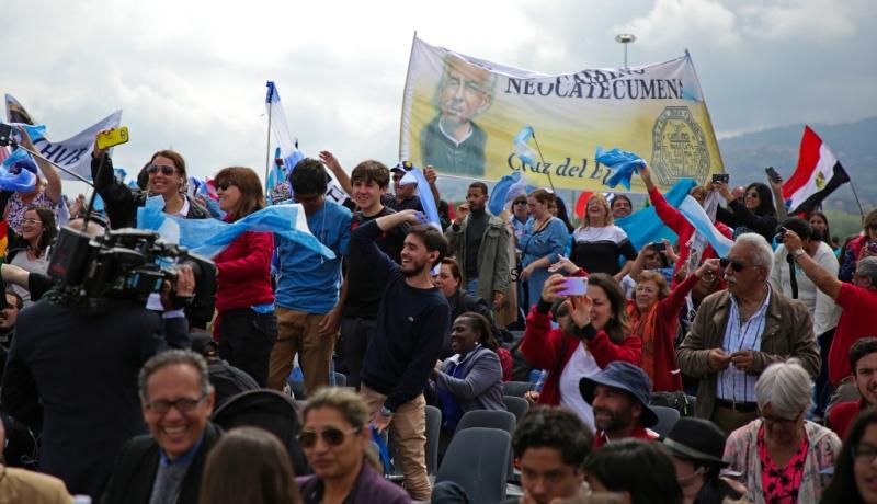 Menschen schwenken Fahnen bei den Feierlichkeiten zu 50 Jahre Neokatechumenat in Rom
